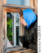 Купить «Девушка в голубом платке заглядывает в окно загородного дома», эксклюзивное фото № 4329814, снято 20 февраля 2013 г. (c) Игорь Низов / Фотобанк Лори