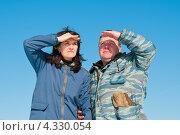 Купить «Счастливая пара. Мужчина и женщина на фоне голубого неба тревожно смотрят вдаль», эксклюзивное фото № 4330054, снято 23 февраля 2013 г. (c) Игорь Низов / Фотобанк Лори