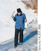 Купить «Женщина с опаской идёт по тонкому льду реки», эксклюзивное фото № 4331966, снято 23 февраля 2013 г. (c) Игорь Низов / Фотобанк Лори