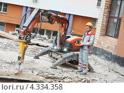Купить «Строительный рабочий с оборудованием», фото № 4334358, снято 7 сентября 2012 г. (c) Дмитрий Калиновский / Фотобанк Лори