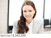 Купить «Счастливая молодая женщина в офисе», фото № 4343590, снято 16 июля 2011 г. (c) Syda Productions / Фотобанк Лори