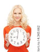 Купить «Милая девушка с большими круглыми часами», фото № 4343662, снято 17 августа 2019 г. (c) Syda Productions / Фотобанк Лори