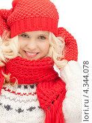 Купить «Очаровательная счастливая девушка в красных рукавицах и шарфе улыбается на белом фоне», фото № 4344078, снято 26 сентября 2018 г. (c) Syda Productions / Фотобанк Лори