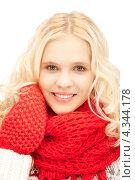 Купить «Очаровательная счастливая девушка в красных рукавицах и шарфе улыбается на белом фоне», фото № 4344178, снято 2 октября 2011 г. (c) Syda Productions / Фотобанк Лори