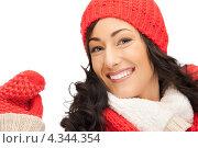 Купить «Очаровательная девушка в красных рукавицах улыбается на белом фоне», фото № 4344354, снято 26 сентября 2018 г. (c) Syda Productions / Фотобанк Лори