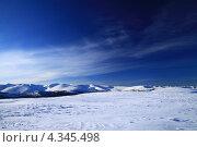 Среди  заснеженных гор  равнина под голубой  бездной неба. Стоковое фото, фотограф Ворошилова Анна / Фотобанк Лори