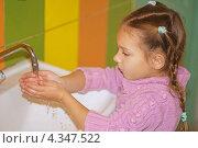 Купить «Девочка в розовом джемпере моет руки под краном в ванной», фото № 4347522, снято 29 сентября 2012 г. (c) BestPhotoStudio / Фотобанк Лори