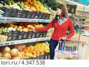 Купить «Девушка выбирает продукты в супермаркете», фото № 4347538, снято 2 октября 2012 г. (c) Дмитрий Калиновский / Фотобанк Лори