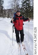 Купить «Мужчина на лыжной прогулке по лесу», фото № 4347626, снято 28 февраля 2013 г. (c) Екатерина Кольцова / Фотобанк Лори