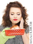 Купить «Очаровательная девушка держит в руках запеченное мясо в форме», фото № 4349138, снято 3 января 2010 г. (c) Syda Productions / Фотобанк Лори