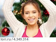 Купить «Веселая девушка на фоне украшенной к Рождеству ели дома», фото № 4349314, снято 21 сентября 2018 г. (c) Syda Productions / Фотобанк Лори