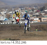 Мотокросс два мотоциклиста выполняют коронный номер (2012 год). Редакционное фото, фотограф Ворошилова Анна / Фотобанк Лори