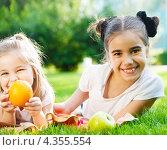 Купить «Счастливые маленькие девочки в парке», фото № 4355554, снято 17 июня 2012 г. (c) Дарья Петренко / Фотобанк Лори