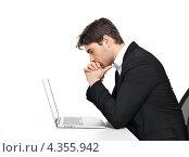 Купить «Задумчивый бизнесмен смотрит на экран ноутбука», фото № 4355942, снято 20 февраля 2013 г. (c) Валуа Виталий / Фотобанк Лори