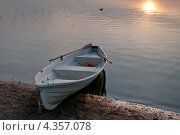 Купить «Лодка на озере», эксклюзивное фото № 4357078, снято 20 июля 2011 г. (c) Александр Алексеев / Фотобанк Лори