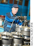 Купить «Рабочий на машиностроительном производстве», фото № 4357914, снято 3 апреля 2012 г. (c) Дмитрий Калиновский / Фотобанк Лори