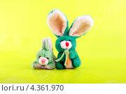 Две зелёные мягкие игрушки на жёлтом фоне. Стоковое фото, фотограф CHERKAUSKAS VIKTOR / Фотобанк Лори