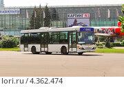 Купить «Платный автобус Scania на ВВЦ», эксклюзивное фото № 4362474, снято 17 мая 2012 г. (c) Алёшина Оксана / Фотобанк Лори