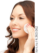 Купить «Очаровательная девушка протирает лицо ватным тампоном», фото № 4363062, снято 30 октября 2011 г. (c) Syda Productions / Фотобанк Лори