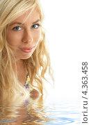 Купить «Очаровательная молодая женщина с волнистыми длинными распущенными волосами крупным планом», фото № 4363458, снято 15 августа 2006 г. (c) Syda Productions / Фотобанк Лори