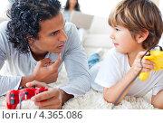 Купить «Отец разговаривает с сыном, держа в руках геймпады», фото № 4365086, снято 12 октября 2009 г. (c) Wavebreak Media / Фотобанк Лори