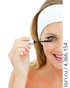 Купить «Половинный портрет девушки, наносящей тушь на ресницы», фото № 4366154, снято 23 октября 2009 г. (c) Wavebreak Media / Фотобанк Лори