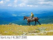 Женщина путешествует по горам Алтая верхом на лошади. Стоковое фото, фотограф Яков Филимонов / Фотобанк Лори
