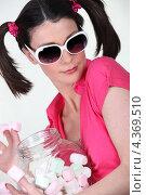 Купить «Девушка в солнцезащитных очках с зефиром», фото № 4369510, снято 26 марта 2010 г. (c) Phovoir Images / Фотобанк Лори
