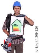 Купить «Улыбающийся электрик с рейтингом энергоэффективности», фото № 4369826, снято 7 января 2011 г. (c) Phovoir Images / Фотобанк Лори