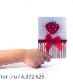 Поздравительная открытка в руке. Стоковое фото, фотограф Михаил Балберов / Фотобанк Лори