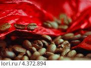 Кофейные зерна на фоне красной ткани. Стоковое фото, фотограф Александра Ткачук / Фотобанк Лори
