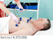 Купить «Пациенту делают кардиограмму», фото № 4373006, снято 6 марта 2013 г. (c) Дмитрий Калиновский / Фотобанк Лори