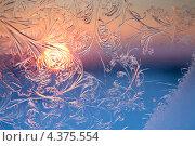 Купить «Морозные узоры на окне на фоне заходящего солнца», фото № 4375554, снято 5 марта 2013 г. (c) Владимир Мельников / Фотобанк Лори