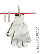 Купить «Пара перчаток на веревке», фото № 4379154, снято 9 марта 2013 г. (c) Игорь Веснинов / Фотобанк Лори