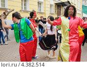 """Купить «Латино-американский танец на параде мыльных пузырей """"Dreamflash""""», эксклюзивное фото № 4382514, снято 22 апреля 2012 г. (c) Алёшина Оксана / Фотобанк Лори"""