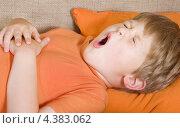 Купить «Мальчик лежит на кровати и зевает», фото № 4383062, снято 16 августа 2008 г. (c) Syda Productions / Фотобанк Лори
