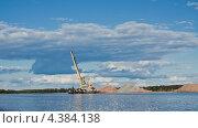 Разгрузка песка спецтехникой на берегу реки (2012 год). Стоковое фото, фотограф Elena Guseva / Фотобанк Лори