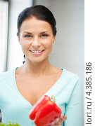 Купить «Красивая молодая женщина со свежими овощами на кухне», фото № 4385186, снято 18 июня 2011 г. (c) Syda Productions / Фотобанк Лори