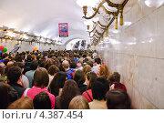 """Купить «Толпа людей на станции метро """"Арбатская"""" в день Парада мыльных пузырей Dreamflash», эксклюзивное фото № 4387454, снято 22 апреля 2012 г. (c) Алёшина Оксана / Фотобанк Лори"""