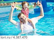 Купить «Счастливые отец и ребенок в плавательном бассейне на курорте», фото № 4387470, снято 29 июля 2011 г. (c) Дмитрий Калиновский / Фотобанк Лори