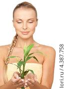 Купить «Очаровательная блондинка с ростком бамбука в руках на белом фоне», фото № 4387758, снято 8 мая 2010 г. (c) Syda Productions / Фотобанк Лори