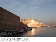 Круизное судно  Коста Атлантика в порту Родоса на фоне крепостной стены (2012 год). Редакционное фото, фотограф Николай Корсунь / Фотобанк Лори