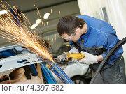 Купить «Рабочий шлифует металлическую поверхность автомобиля», фото № 4397682, снято 12 марта 2013 г. (c) Дмитрий Калиновский / Фотобанк Лори