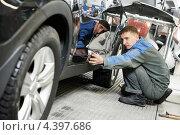 Рабочий проверяет покраску автомобиля. Стоковое фото, фотограф Дмитрий Калиновский / Фотобанк Лори