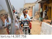 Индийская семья едет на мотоцикле (2012 год). Редакционное фото, фотограф Сергей Аряев / Фотобанк Лори