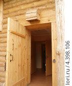 Открытая деревянная дверь. Стоковое фото, фотограф Никонович Светлана / Фотобанк Лори