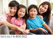 Молодая китайская пара с двумя детьми. Стоковое фото, фотограф Monkey Business Images / Фотобанк Лори