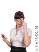 Девушка держит в руке мобильный телефон. Стоковое фото, фотограф Galina Zakovorotnaya / Фотобанк Лори