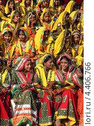 Купить «Группа индийских девушек в ярких сари, Пушкар, Индия», фото № 4406766, снято 21 ноября 2012 г. (c) Михаил Коханчиков / Фотобанк Лори