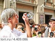 Купить «Молодой человек надувает мыльные пузыри на параде мыльных пузырей Dreamflash», эксклюзивное фото № 4409086, снято 22 апреля 2012 г. (c) Алёшина Оксана / Фотобанк Лори